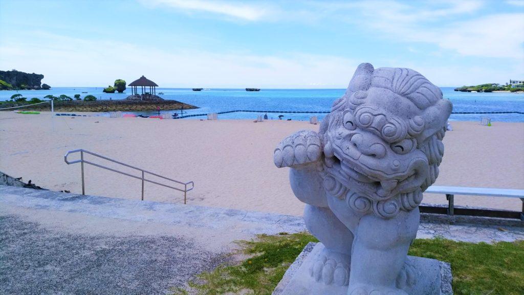 伊江島タッチューが見えるリゾートエリアの市民ビーチ『恩納海浜公園 ナビービーチ』(恩納村)