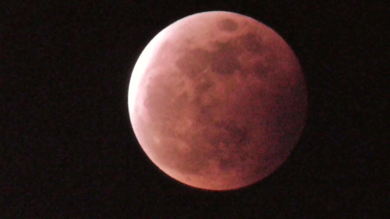 沖縄の夜空で24年ぶりのコラボ!スーパームーン × 皆既月食